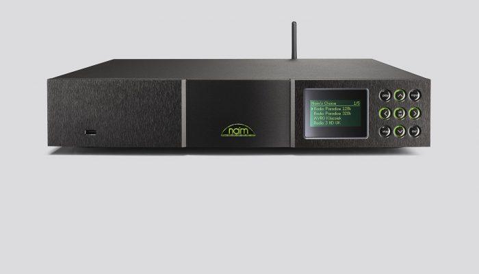 555PS 555 PS NETWORK PLAYER NAIM NDS B OFFERTA PROMOZIONE SCONTO SCONTATO OUTLET lettore di rete audiophile (escluso alimentatore)che consente streaming audio da un server UPnP, l'ascolto di radio internet, il collegamento ad iPod, iPhone, iPad o memoria USB, tre ingressi digitali S/PDIF ne completano la versatilità e l'ascolto di sorgenti audio digitali nero pz convenzionali. Collegamento LAN cablato e Wireless. Comandabile da telecomando, da iPhone e iPad. RICHIEDE ALIMENTAZIONE esterna XP5 XS, XPS o 555 PS.Richiede cavo S- XPS Burndy (incluso nel XP5S e XPS)