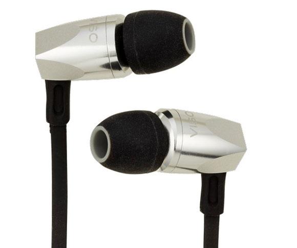 HP20 HP 20 HEADPHONE EARPHONES NAD OFFERTA PROMOZIONE SCONTO SCONTATO OCCASIONE OUTLET DOLFI HI-FI FIRENZE HI FI FIDELITY HIGH END TOSCANA ITALIA Dall'esperienza di HP 50 NAD ha realizzato l'HP 20, cuffia di tipo in-ear con altoparlanti da 8 mm di diametro con struttura in alluminio e auricolari in gel di 5 misure diverse forniti per ottimizzare la comodità d'utilizzo e l'isolamento dall'ambiente circostante. Il punto centrale di HP 20 è la tecnologia RoomFeel, studiata ad applicata appositamente per questo prodotto che, con il supporto di tanti studi di psicoacustica, ha l'obiettivo di ricreare l'effetto di ambienza e la naturalezza dell'ascolto in ambiente anche se stiamo utilizzando una cuffia. L'HP 20 in pratica tende a suonare come se di fronte a noi avessimo una vera e propria coppia di diffusori! Da cuffia moderna e destinata alle sorgenti digitali l'HP 20 integra sul cavo di collegamento una sezione di controllo per i dispositivi Apple, con tanto di tasti per play, pausa, volume, salto di traccia e anche un microfono così da poter utilizzare un iPhone sia per le telefonate che per ascoltare la sua libreria musicale che per il controllo via Siri. Disponibile nei colori nero e silver Cuffia In Ear : tasto per Comandi smartphone, Microfono Colori disponibili: Black, Silver Accessori : 5 Adattatori in silicone di diverse dimensioni, Custodia da Viaggio SCHEDA TECNICA Tipo: cuffia in-ear Altoparlanti: 8 mm Potenza: 1 mW Sensibilità: 100 dB THD: