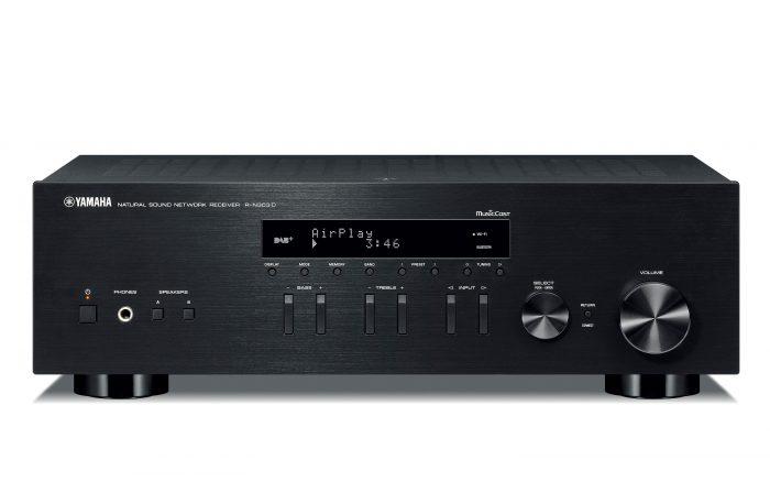 YAMAHA r-n303d rn303d rn 303d MODEL AMPLIFICATORE FINALE DI POTENZA STEREO MONO Proiettore sonoro digitale di rete LOUDSPEAKER MULTIMEDIA & STREAMING WIFI WI-FI WI FI WIRELESS SPEAKER streamer audiovideo Audio MODULO FM DAB FM/DAB+ alimentazione FM TUNER PREAMPLI PREAMPLIFICATORE STEREO STADIO PHONO MULTIMEDIA WIRELESS SPEAKERS PROEITTORE SONORO CANALE CENTRALE diffusore centrale LETTORE CD COMPACT DISC SINTONIZZATORE SINTOAMPLI SINTOAMPLIFICATORE AV A/V AUDIO VIDEO SINTOAMPLIFICATORI AMPLIFICATORE INTEGRATO sistema audio integrato INTEGRATED AMPLIFIER DIFFUSORE ACUSTICO coppia DIFFUSORI ACUSTICI CASSA ACUSTICA CASSE ACUSTICHE SOUND BAR SOUNDBAR BLURAY BLU RAY AUDIO/VIDEO SPECIAL EDITION SE SERVER DI RETE MUSICALE MUSICA MUSIC RIBASSI OFFERTA PROMOZIONE SCONTO SCONTATO OCCASIONE OUTLET DOLFI HI-FI FIRENZE FLORENCE HI FI FIDELITY HIGH END TOSCANA ITALIA Il sintoamplificatore R-N303D consente di riprodurre audio stereo ad alta qualità nella propria abitazione diventando il fulcro del sistema audio per ottenere servizi musicali in streaming e musica anche dal tuo smartphone. Se ami la musica questo singolo dispositivo aprirà nuove dimensioni di ascolto mai ascoltate prima. DAB e DAB + sono formati di Digital Audio Broadcasting che offrono una vasta gamma di stazioni radio ad alta qualità audio. È possibile predisporre 40 stazioni DAB / DAB +. Può ricevere audio da un lettore Blu-ray Disc garantendo un suono puro e dinamico. Massimizzate il piacere d'ascolto Qualità Hi-Fi per la vostra musica Mettete il sintoamplificatore Hi-Fi Yamaha R-N303D al centro del vostro sistema audio e riproducete musica da servizi in streaming, smartphone, audio di rete o qualsiasi altra sorgente. Il tutto con la massima musicalità. Per chi ama davvero la musica, questo unico dispositivo apre ad inimmaginabili nuove dimensioni d'ascolto. Ritrovate i preferiti, scoprite le novità R-N303D è compatibile con una gran varietà di servizi musicali in streaming, inclusi Spotify, Tidal e Deezer, oltre