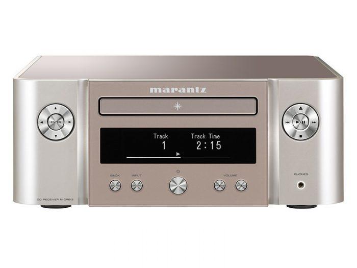 Sistema audio integrato wireless Marantz serie MELODY MUSIC STREAM M-CR612 MCR611 MCR 611 AMPLIFICATORE FINALE DI POTENZA STEREO MONO Proiettore sonoro digitale di rete LOUDSPEAKER MULTIMEDIA & STREAMING WIFI WI-FI WI FI WIRELESS SPEAKER streamer audiovideo Audio MODULO FM DAB FM/DAB+ alimentazione FM TUNER PREAMPLI PREAMPLIFICATORE STEREO STADIO PHONO MULTIMEDIA WIRELESS SPEAKERS PROEITTORE SONORO CANALE CENTRALE LETTORE CD COMPACT DISC SINTONIZZATORE SINTOAMPLI SINTOAMPLIFICATORE AV A/V AUDIO VIDEO AMPLIFICATORE INTEGRATO sistema audio integrato INTEGRATED AMPLIFIER COPPIA DIFFUSORE ACUSTICO DIFFUSORI ACUSTICI CASSA ACUSTICA CASSE ACUSTICHE AUDIO/VIDEO RIBASSI OFFERTA PROMOZIONE SCONTO SCONTATO OCCASIONE OUTLET DOLFI HI-FI FIRENZE HI FI FIDELITY HIGH END TOSCANA ITALIA Sintoamplificatore di rere compatto, prestazioni Audio Hi-Fi Marantz, 60W x 2ch, Bi-amping (30W x 4ch), Diffusori A/B (da telecomando) con controllo di volume individuale, Compatibilità con diffusori acustici a 4ohm; Streaming e altre sorgenti: Riproduzione CD, WMA/MP3(CD-R/RW), FM & DAB/DAB+, Bluetooth con NFC, AirPlay, Spotify Connect e InternetRadio,StreamingdifilemusicalidaComputer/NAS(DLNA1.5),Gaplessplayback (W AV/FLAC/AIFF/ALAC) W AV/FLAC/AIFF 192kHz/24bit, ALAC, DSD 2.8MHz, 2x ingressi USB per iDevice e memorie USB stick (frontale e posteriore), 2 ingressi digitali ottici per TV o altri dispositivi digitali; coperchio acrilico con finitura antigraffio, pannello frontale con illuminazione colorata, Modulo di rete Wi-Fi con antenna integrata, pre out analogico (fisso o variabile), Subwoofer pre-out, grande display OLED a 3 linee per una chiara visione, Ricarica di iPhone/iPod in modalità standby, Controllabile con la nuova Marantz Hi-Fi Remote App DOLFIHIFI- DOLFI- HIFI- DOLFI- FIRENZE-MARANTZ-
