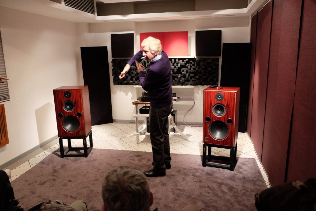 Alan Shaw nello store Dolfi Hi-fi per la presentazione delle Harbet 40.1